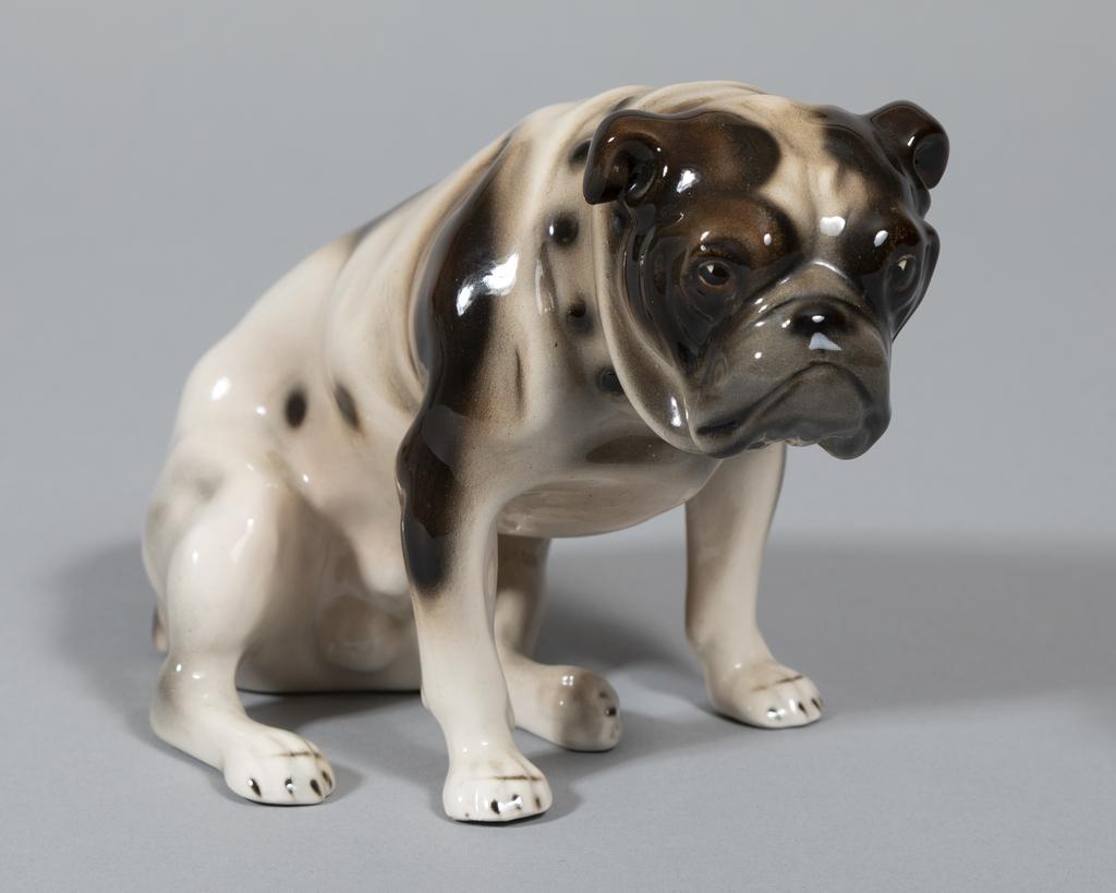 Blk/brn/wht seated bulldog