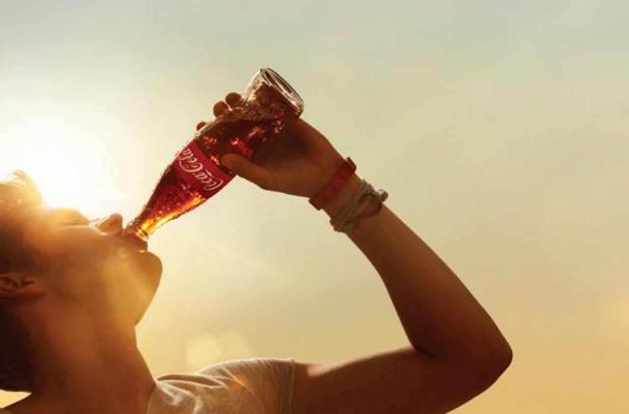 Картинка человек пьющие колу